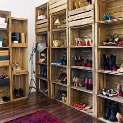 zapatero low cost con cajas antiguas de madera