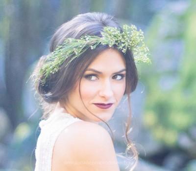 Recogido de novia con corona silvestre