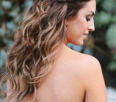 Peinado de nvia semirecogido con trenza y ondas sueltas